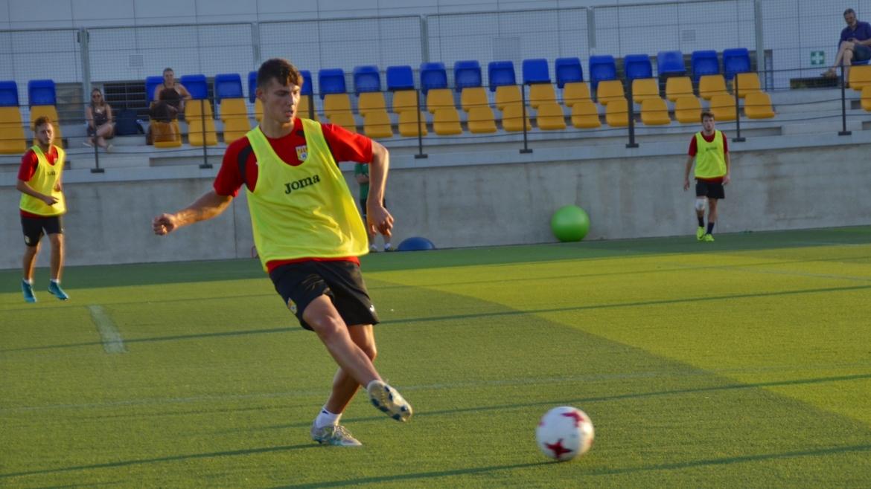 Álvaro Gómez refuerza la defensa del Roda